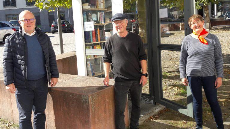 Bürgermeister Jacob, Peter Riedel und Heilwig Dietrich bei der Einweihung der Schmökerzelle